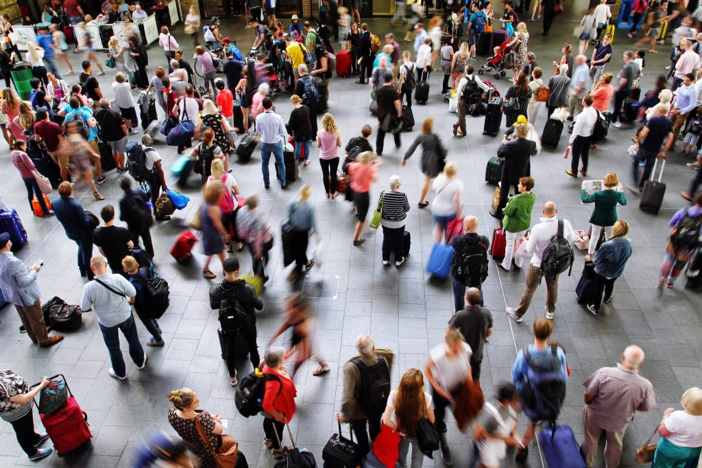 the-concourse-of-kings-cross-train-station-in-london-during-the-peak-time-rush-hour-and-crowded-with_t20_g83zex
