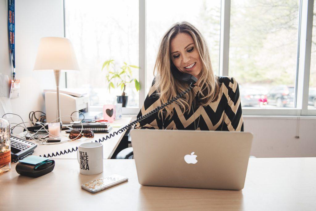 woman-working-in-office_t20_rOlXww